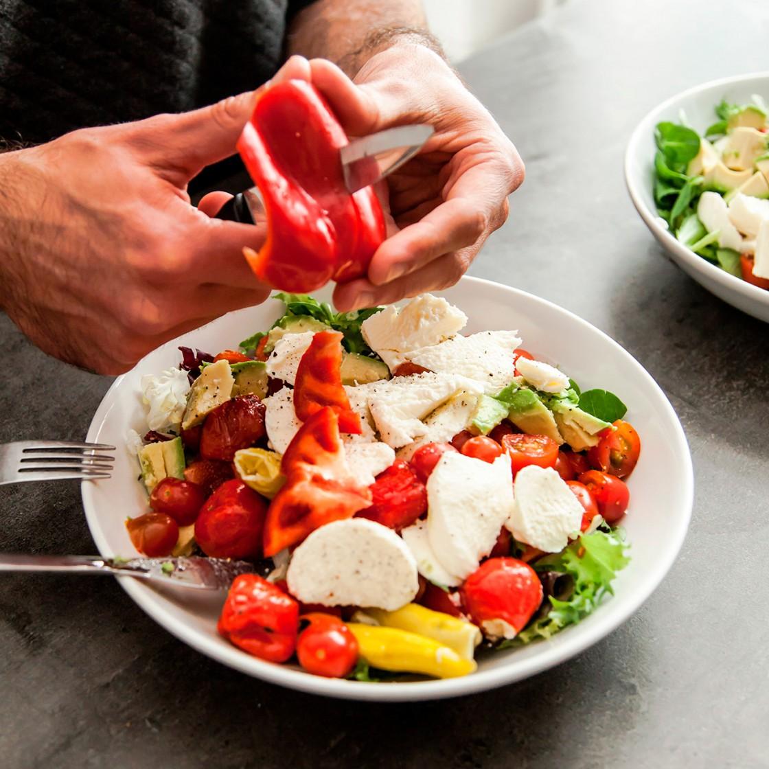 Zubereitung von leckerem Salat