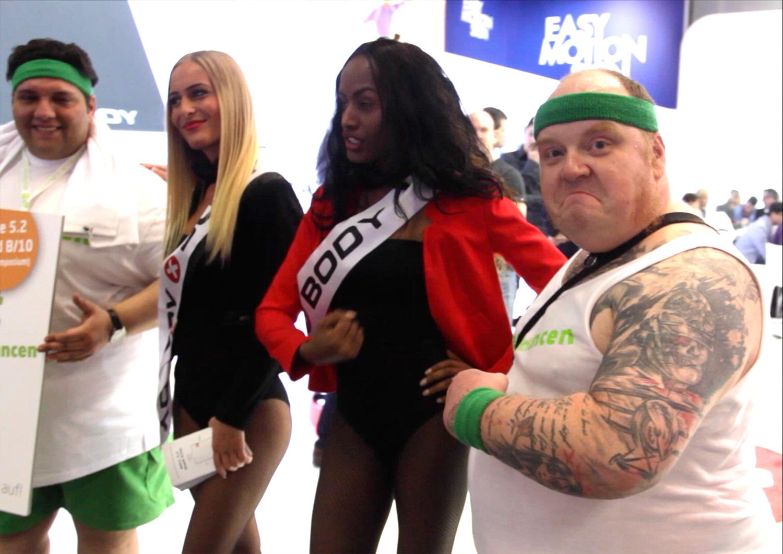 Hostess macht foto mit den Models auf der Messe