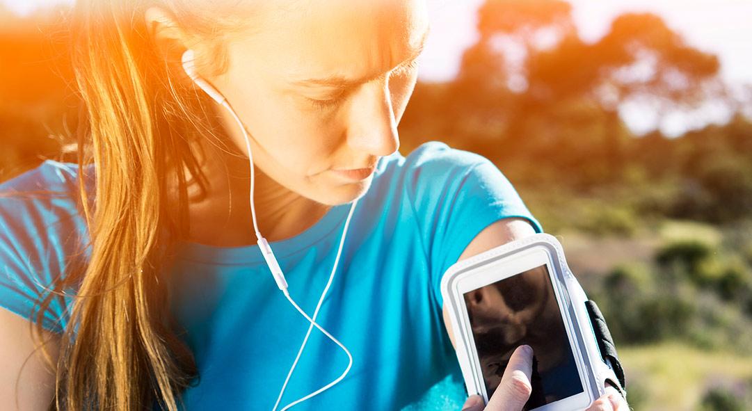 Runner hört Musik und checkt ihr Handy