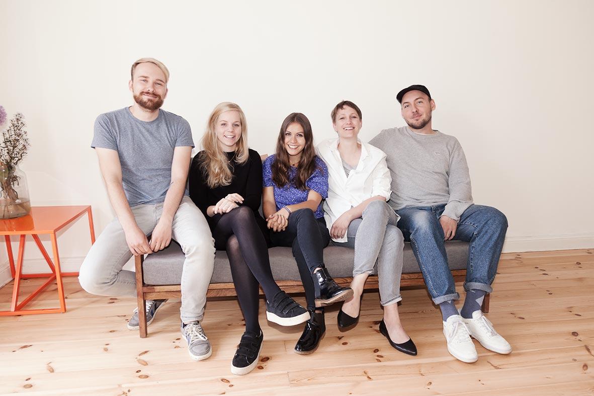 Sebastian, Susanne, Nele, Tonia und Marcus auf dem Couch