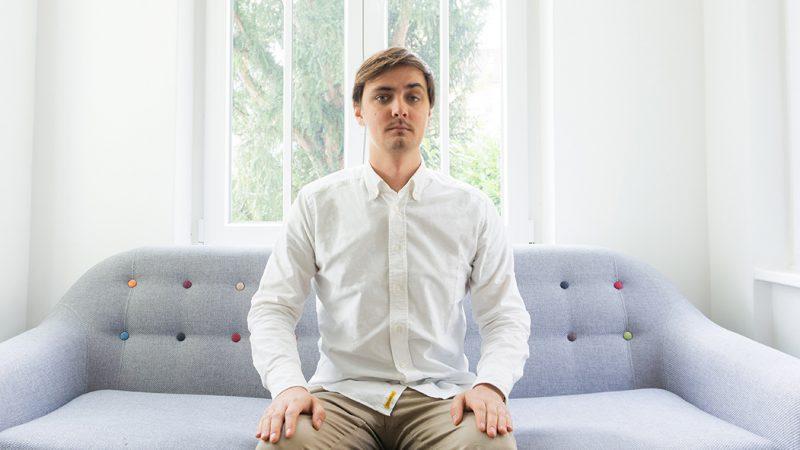 Bild von Max auf dem Sofa.