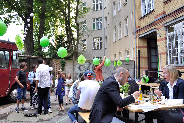 Gäste und Kinder bei der 5-jährigen Preuss und Preuss Agenturjubiläum