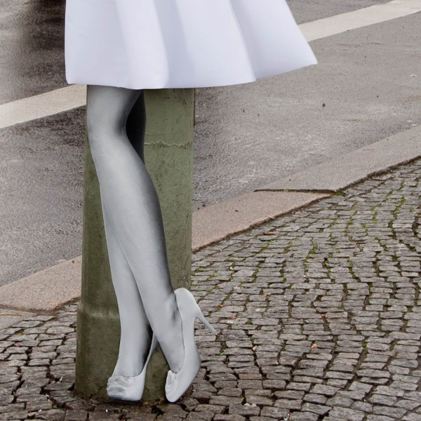 Marylins Beine an einer Säule