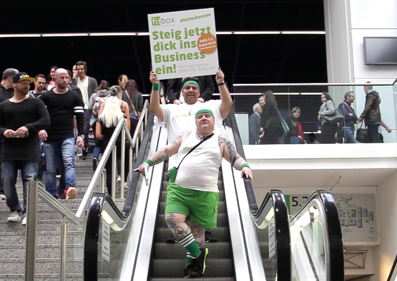 Models auf der Treppe in der Messe
