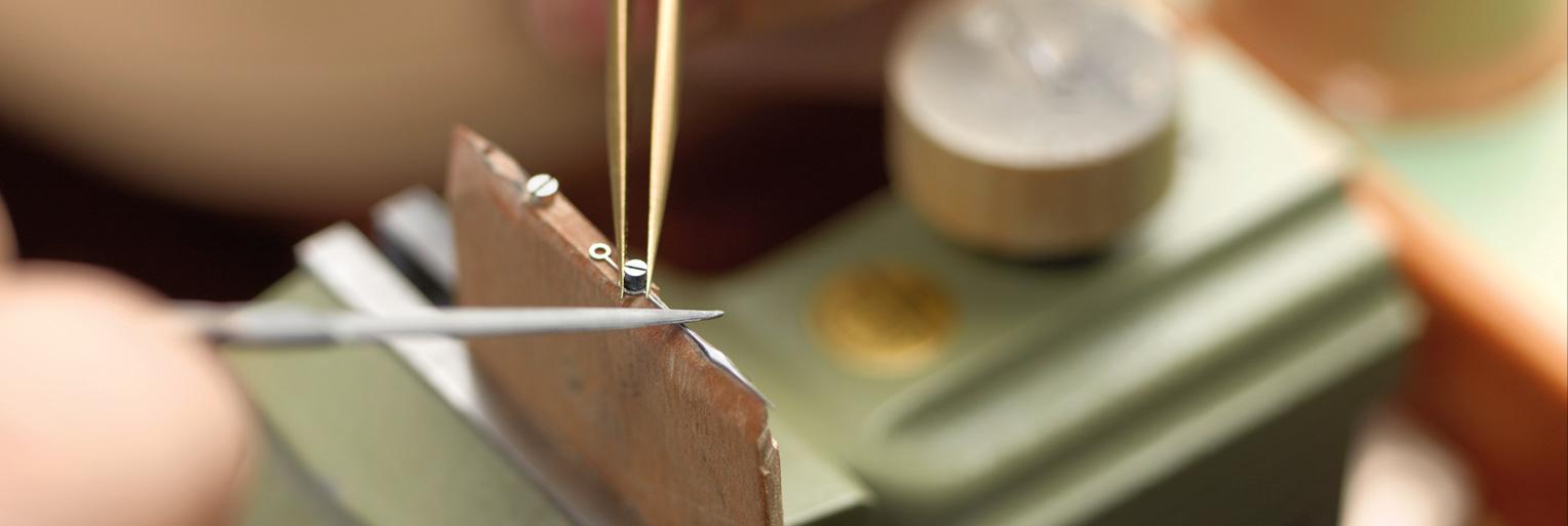 Bild aus der Manufaktur - Herstellung der Zeiger - Headerbild