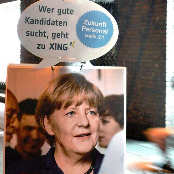 """Angela Merkels Wahlplakat mit XING Störer """"Wer gute Kandidaten sucht, geht zu XING"""" - Stellenbesetzer-Promo - Beitragsbild"""