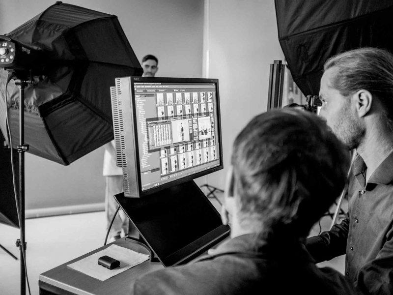 Making of - Fotograf sichtet Bilder am Rechner