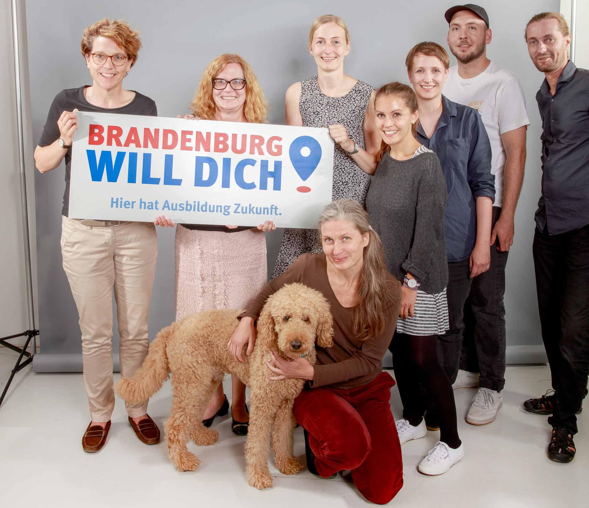 Brandenburg will dich - Gruppenbild Team mit Schild und Hund