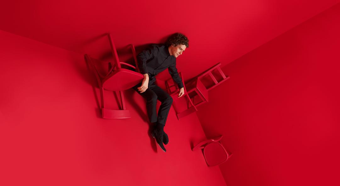 Robin Ticciati im roten Raum.