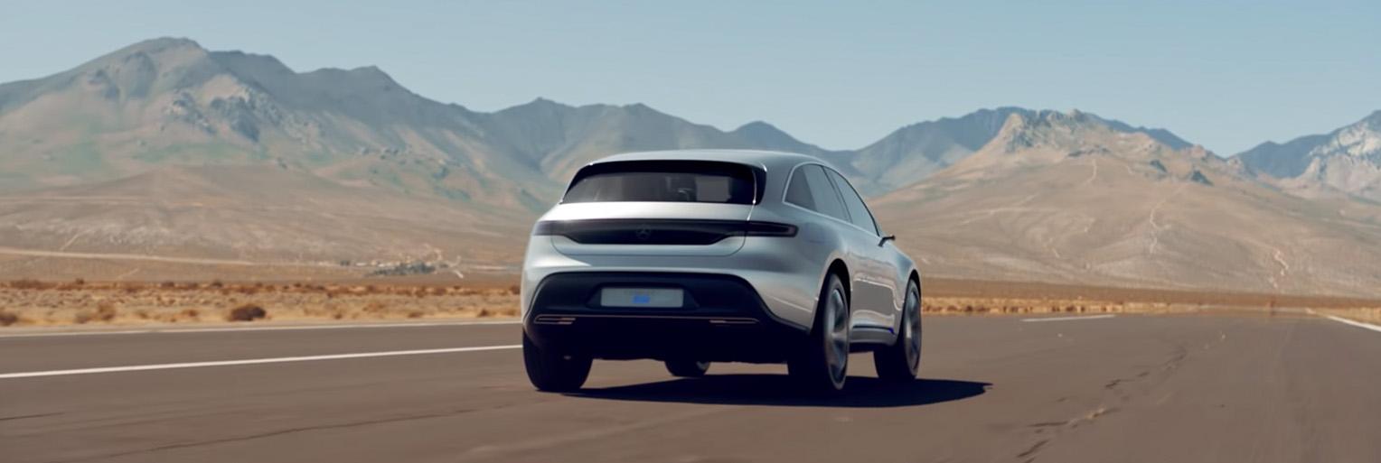 Mercedes-Benz EQ fährt durch die Wüste.